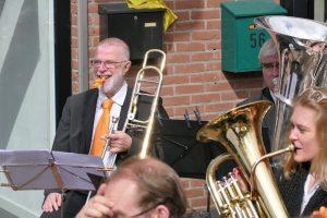 Trombonist Piet speelt de kazoo